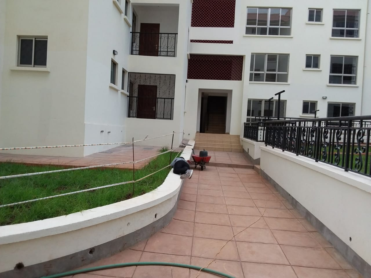 Mombasa Road – Spacious 3 Bedroom Apartment with SQ For Sale